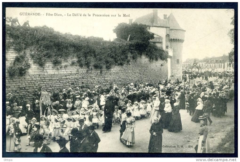 CPA. GUÉRANDE. Fête-Dieu. Le Défilé De La Procession Sur Le Mail. - Guérande
