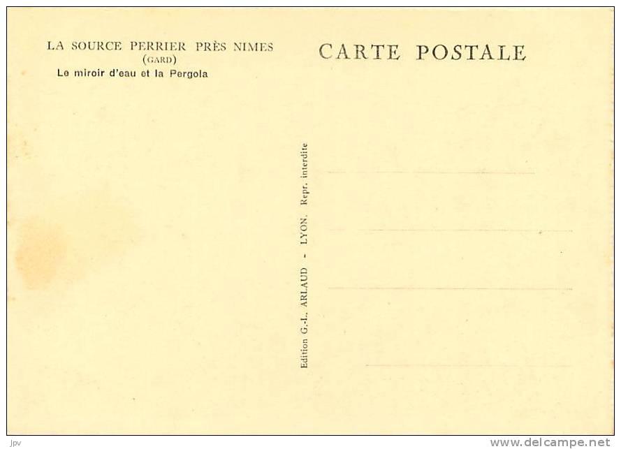 CARTE PUBLICITAIRE LA SOURCE PERRIER Près NIMES . LE MIROIR D'EAU ET LA PERGOLA . BISTRE . - Nîmes