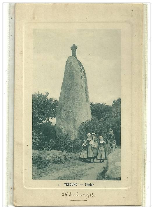 TREGUNC  N1 MENHIR  GROUPE PERSONNAGES DEVANT - Dolmen & Menhirs