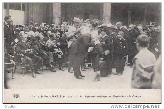 LE 14 JUILLET A PARIS EN 1916 M POINCARE EMBRASSE UN ORPHELIN DE LA GUERRE - Histoire