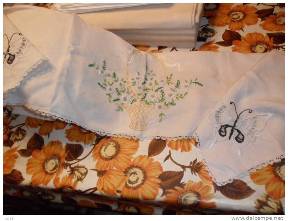 dessus de chemin e en tissu brod panier de fleurs papillons et dentelles sur le pourtour. Black Bedroom Furniture Sets. Home Design Ideas