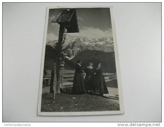 Motivo Di Selva Val Gardena Dolomiti Donne In Costume Edicola Cristo Gesù - Costumi