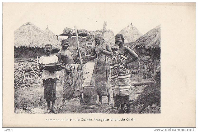 Afrique - Guinée Française -  Village Femmes Pilant Le Grain - Guinea Francesa