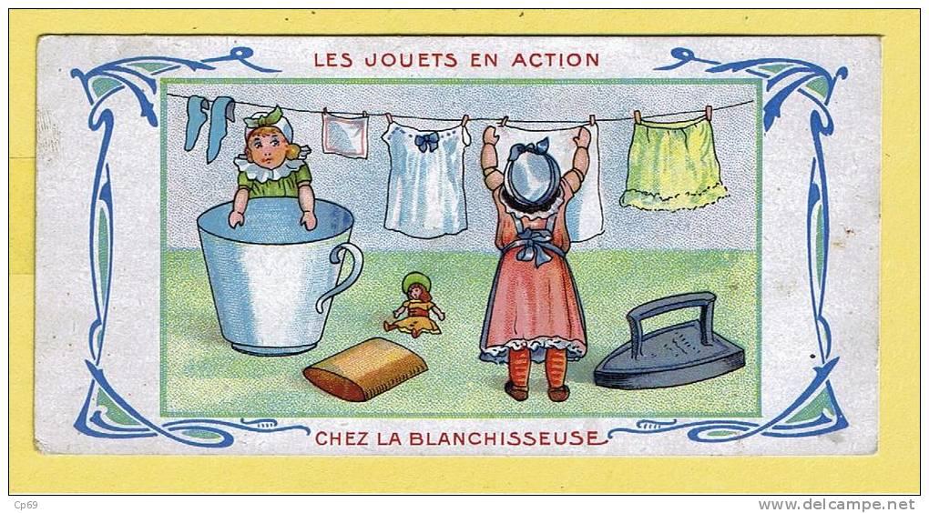 CHROMO DE LA CHOCOLATERIE DE L´UNION - LES JOUETS EN ACTION - CHEZ LA BLANCHISSEUSE - LAVER - REPASSER LE LINGE - Other