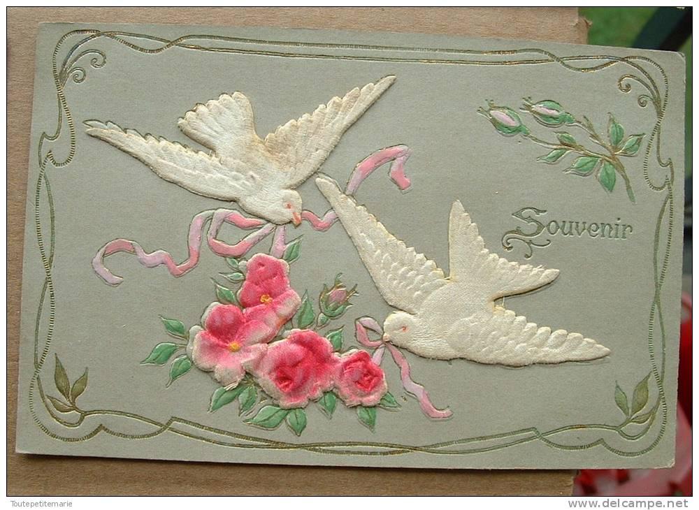 Carte Gauffrée Avec Deux Touterelles En Relief Liant Des Roses - Souvenir - Autres