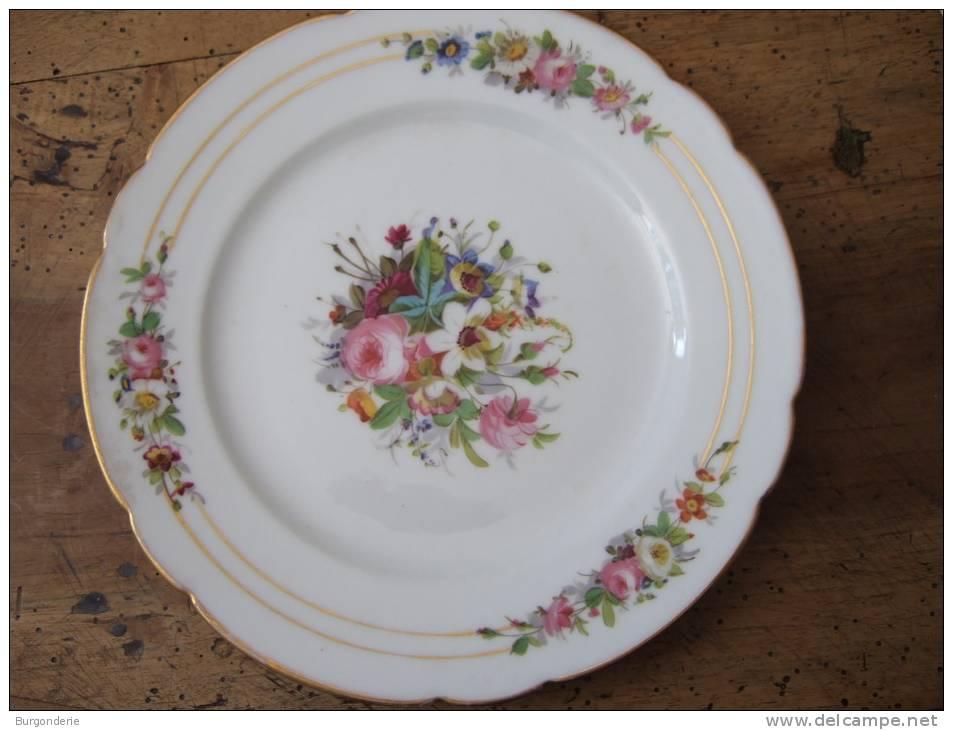 superbe assiette porcelaine ancienne peinte a la main et superbe decor fleuri. Black Bedroom Furniture Sets. Home Design Ideas