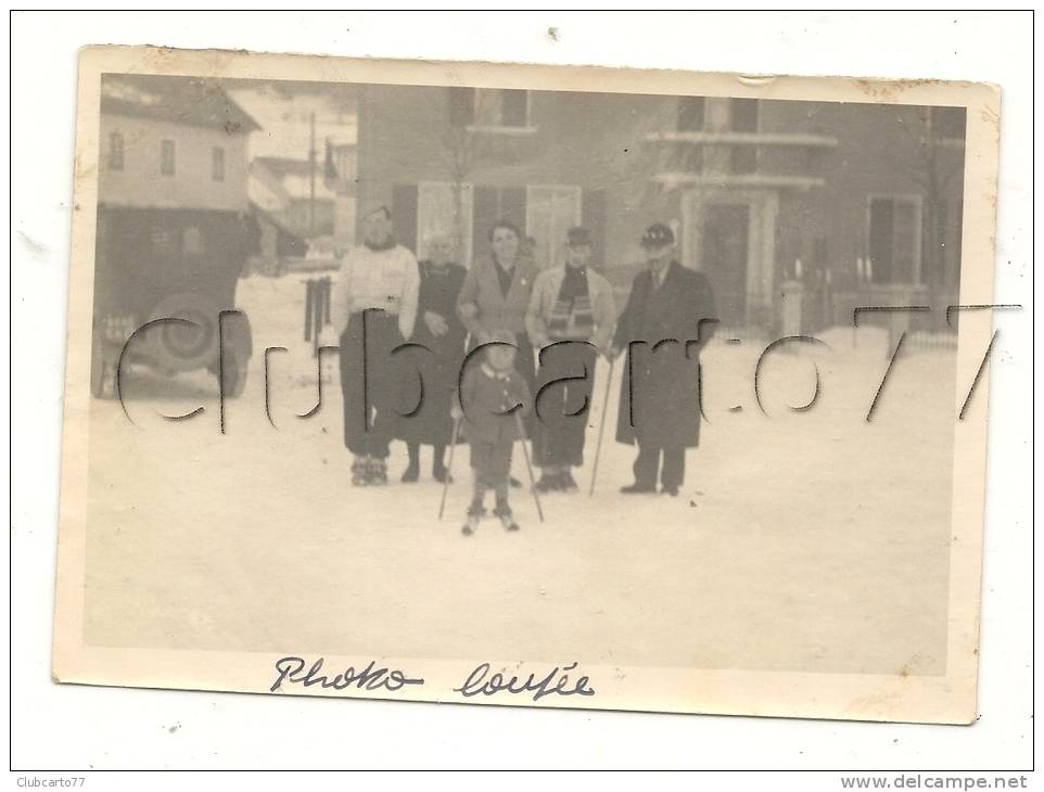 Les Hôpitaux-Neufs (25) : GP De Promeneurs Dans Une Rue Près D'une Voiture En 1937 (animée) PHOTO RARE. - Lieux