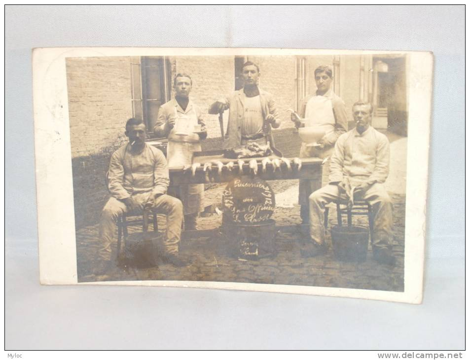 Photo Carte. Cuisiniers Des Sous Officiers. La Classe. Servir Chaud . Cachet Brugge 1912 - Krieg, Militär