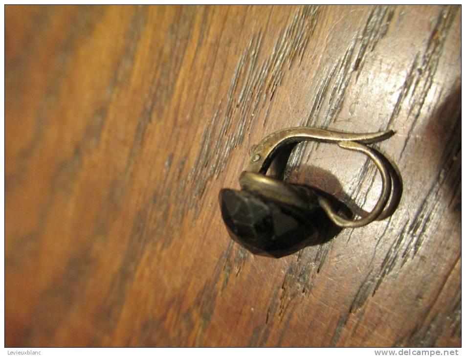 Une Boucle D'oreille En Jais/monture Argent/ Belle Fermeture /19éme/ Vers 1880-1900     BIJ4 - Jewels & Clocks