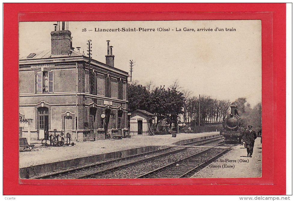 LIANCOURT-SAINT-PIERRE (60) / CHEMINS DE FER / GARES AVEC TRAINS / La Gare Arrivée D´un Train / Petite Animation - Liancourt