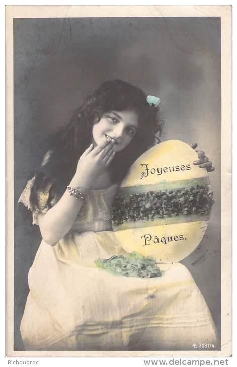 JOYEUSES PAQUES / PHOTO DE JEUNE FILLE AVEC OEUF - Pâques