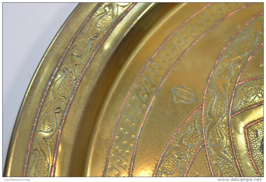 ancien plateau marocain tunisien en laiton ouvrag avec incrustations de cuivre rouge et acier. Black Bedroom Furniture Sets. Home Design Ideas