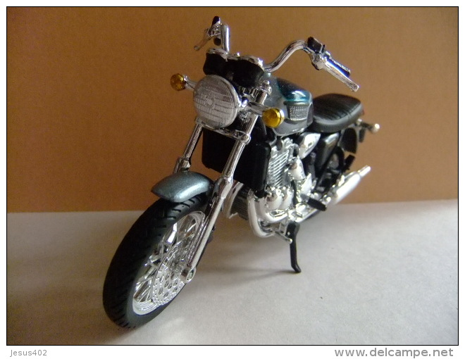 MOTO TRIUMPH 900 THUNDERBIRD - Motos