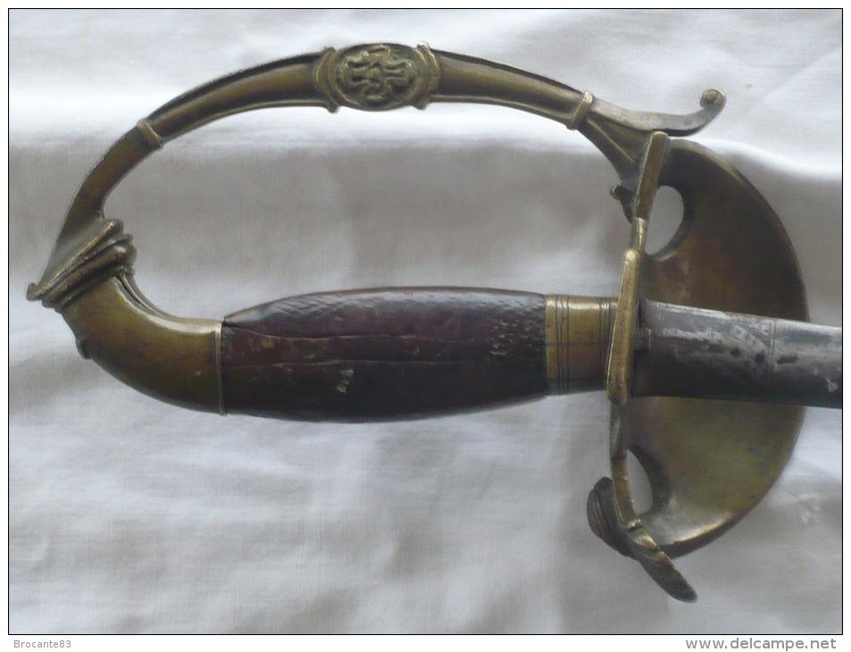 épée D'officier Décor De Téte D'aigle Et Mufle De Lion Fusée En Noyer - Armes Blanches