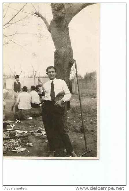 HOMBRE CON UNA BOTELLA DE VINO EN SUS MANOS  AÑO 1930   OHL - Personnes Anonymes