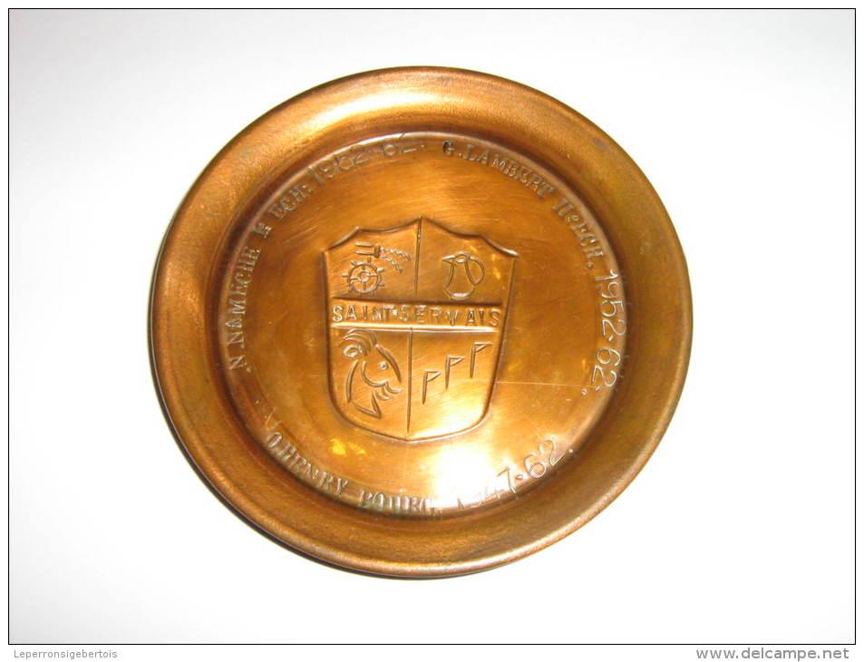 NAMUR Assiette Aux Armoiries De Saint-Servais Avec Inscription Des Noms Des Bourgmestre Et échevins En 1962 - Cuivres