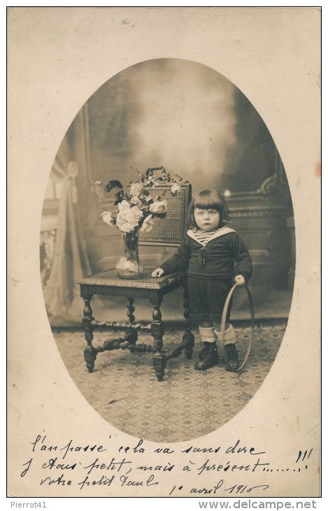 ENFANTS - Jolie Carte Photo Représentant Un Petit Garçon Avec Son Cerceau Réalisée Par Photo. J. CREPIEUX à CAEN En 1916 - Caen