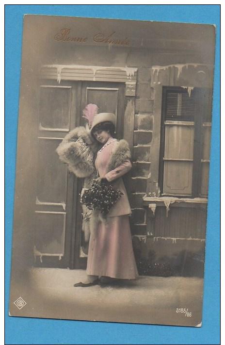 Bonne Année   Femme  Avec  Houx Et Fourrure Dans Paysage Enneigé - Neujahr