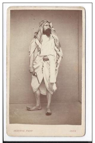 Exceptionnelle Photographie CDV D´ Alphonse Bernoud Portant Tunique Et Keffieh Et Tenant Un Pistolet Revolver - Old (before 1900)
