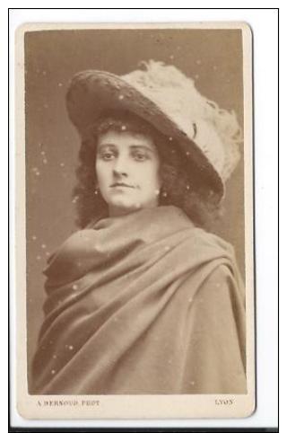 Photographie CDV D´ Alphonse Bernoud Portrait En Buste D´une Femme Au Chapeau à Plumes - Photographs