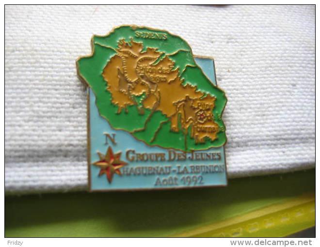 Pin's Du Groupe Des Jeunes Haguenau-Ile De La Réunion En Aout 1992. Carte De La Réunion, St Denis, Piton Des Neiges - Städte