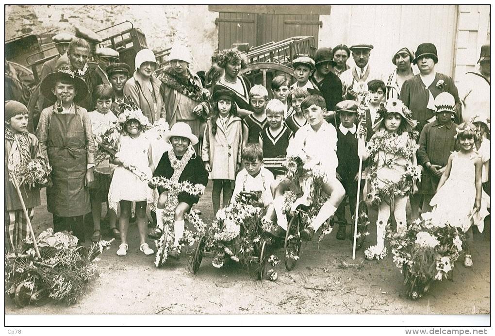 """Très Belle Carte  ^photo Non Identifié """"enfants Avec Des Bicyclettes Habillées De Fleurs- Défilé - Holidays & Celebrations"""