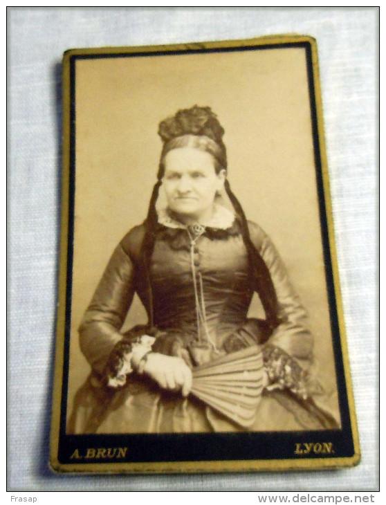Carte Photo   Femme D'intérieur Avec Coiffe Ci1880 LYON A BRUN - Persone Anonimi