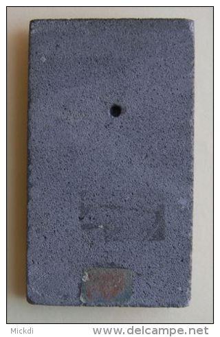PIERRE DES VOLCANS D´AUVERGNE - 14 X 8 Cm - EPAISSEUR PIERRE : 1 Cm - COUPLE AUVERGNAT ET AUVERGNATE EN RELIEF - Minéraux & Fossiles