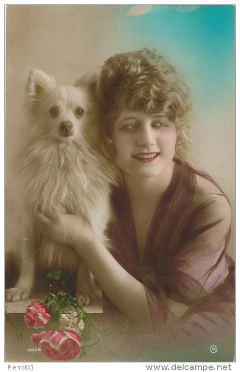 FEMMES - FRAU - LADY - CHIEN - DOG - Jolie Carte Fantaisie Portrait Femme Et Chien Loulou Blanc - Chiens