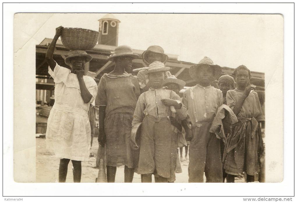 TRINIDAD  ( Antilles )  ?  /  INDIGÈNES  ET  ENFANTS  AUTOUR  DU  MARCHE  / CARTE-PHOTO , Tirage Argentique - Trinidad