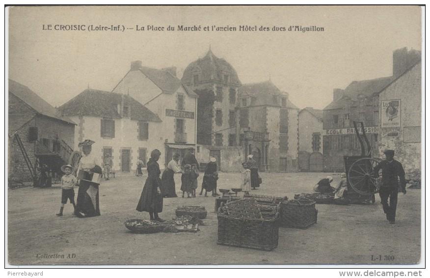 Le Croisic. Loire-Inf). La Place Du Marché Et L'Ancien Hôtel Des Ducs D'Aiguillon. - Le Croisic