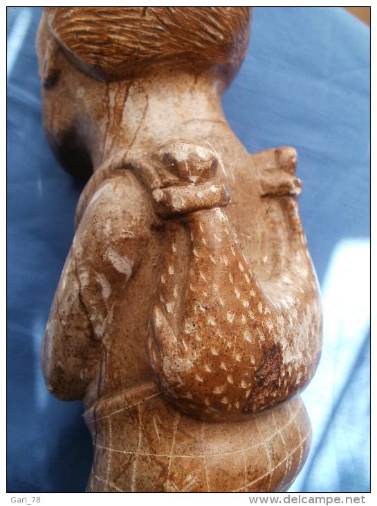 Statue Africaine En Pierre Portant Un Mouton Dans Le Dos - Art Africain