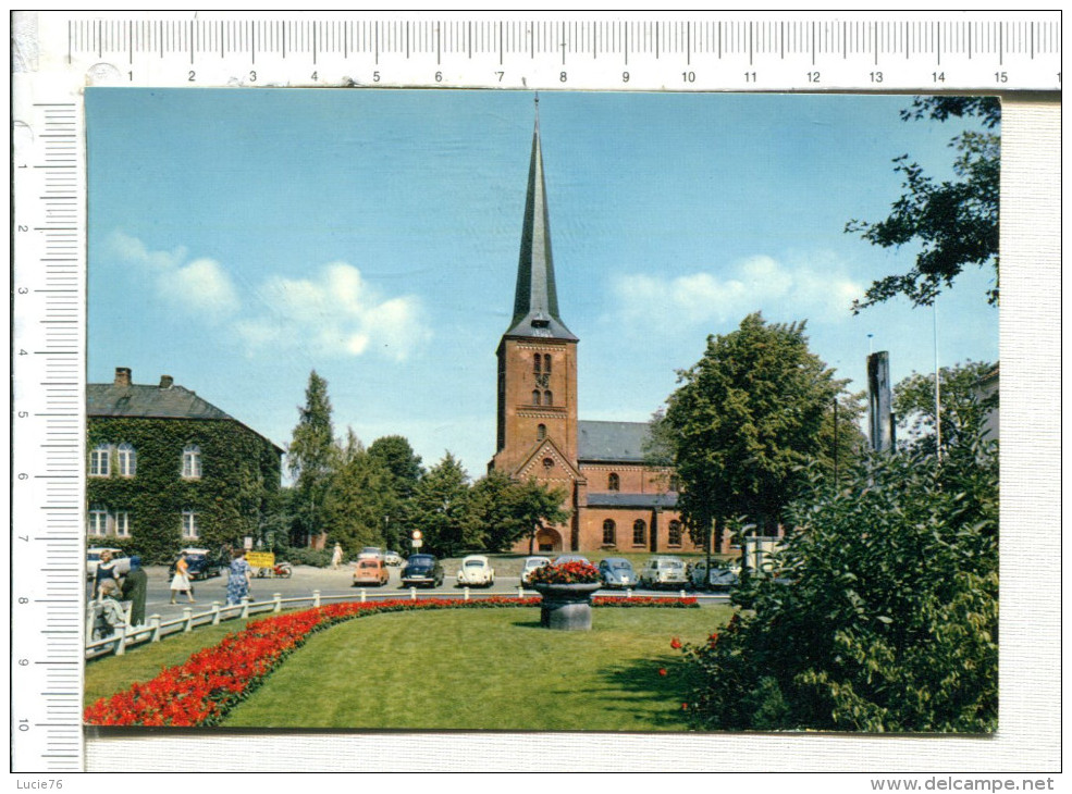 BAD  SEGEBERG    -  Kirche -  Véhicules Anciens - Bad Segeberg