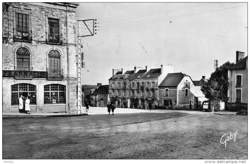 CPSM   -  BAIN  De  BRETAGNE  (35)   Place  Saint - Martin    -  Pharmacie. - Non Classés