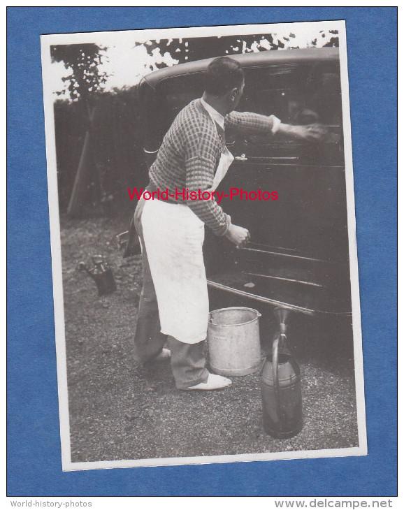 Photo Ancienne - Un Homme Nettoie Son Auto - Automobile à Identifier - Cars