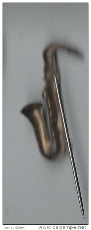 Insigne/ Epinglette/Musique/Saxoph One/métal Blanc//Vers 1960        PART36 - Other Products