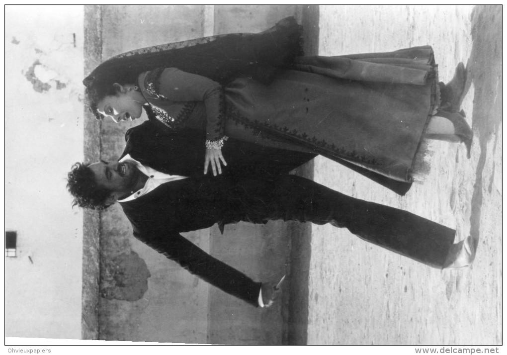"Photo De Presse - OPERA  -  PLACIDO DOMINGO  Et  JULIA  MIGENES-JOHNSON  Dans "" CARMEN  ""  DE  ROSI  En 1984 - Lieux"