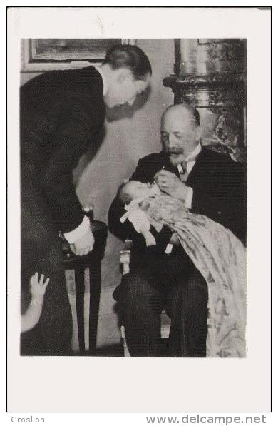 BAPTEME DU DAUPHIN 5 7 1933 (14) SUIVANT UNE COUTUME MONSEIGNEUR LE DUC DE GUISE FROTTE LES LEVRES DU PETIT DAUPHIN ... - Bagne & Bagnards