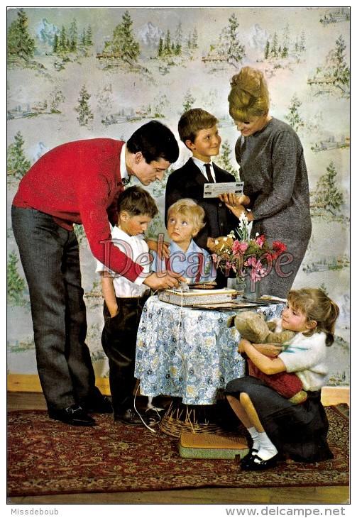 Famille En 1968 , Parents, Enfants, Tourne Disque, 45T,recompense?- Couple And Children , Record Player, 45T, Rewards? - Groupes D'enfants & Familles