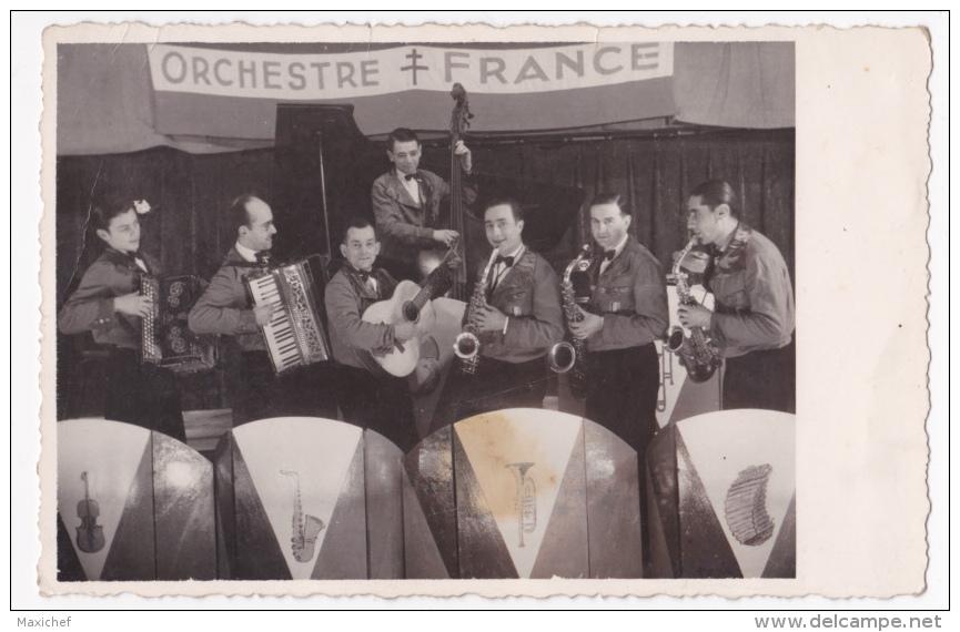 Carte Photo Format Cpa - Orchestre France (croix De Lorraine Sur Banderole Et Sur écusson De Poitrine Bleu, Blanc, Rouge - Musique Et Musiciens
