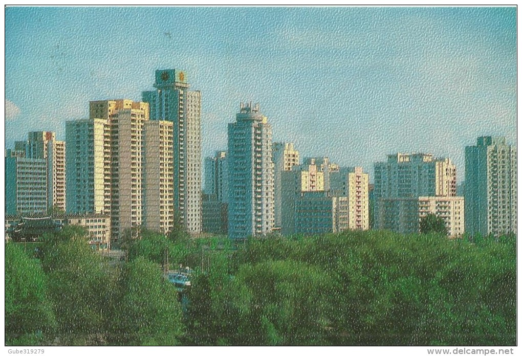 "NORTH KOREA - COLOUR POSTCARD PJONGJANG ""APARTMENTS IN ZANGGWANG-STREET"" WRITTEN ON BACK NOT MAILED (DESCRIPTION IN GHER - Korea, North"