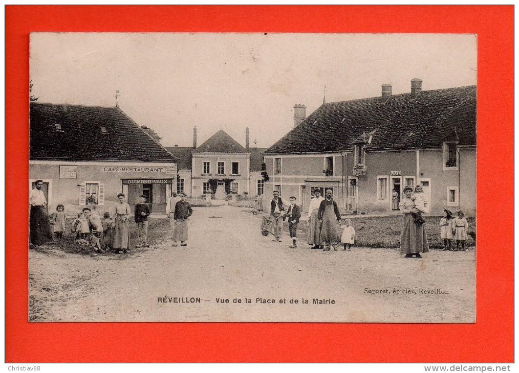 RÉVEILLON (Orne)  - Vue De La Place Et De La Mairie - Belle Animation - Café  (E) - Autres Communes