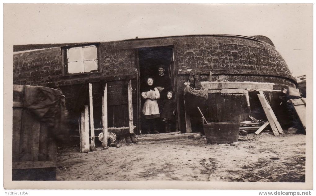 Photo 1919 EQUIHEN-PLAGE (près Outreau) - Barque Renversée Servant à Une Famille De Pêcheurs (A95, Ww1, Wk 1) - France