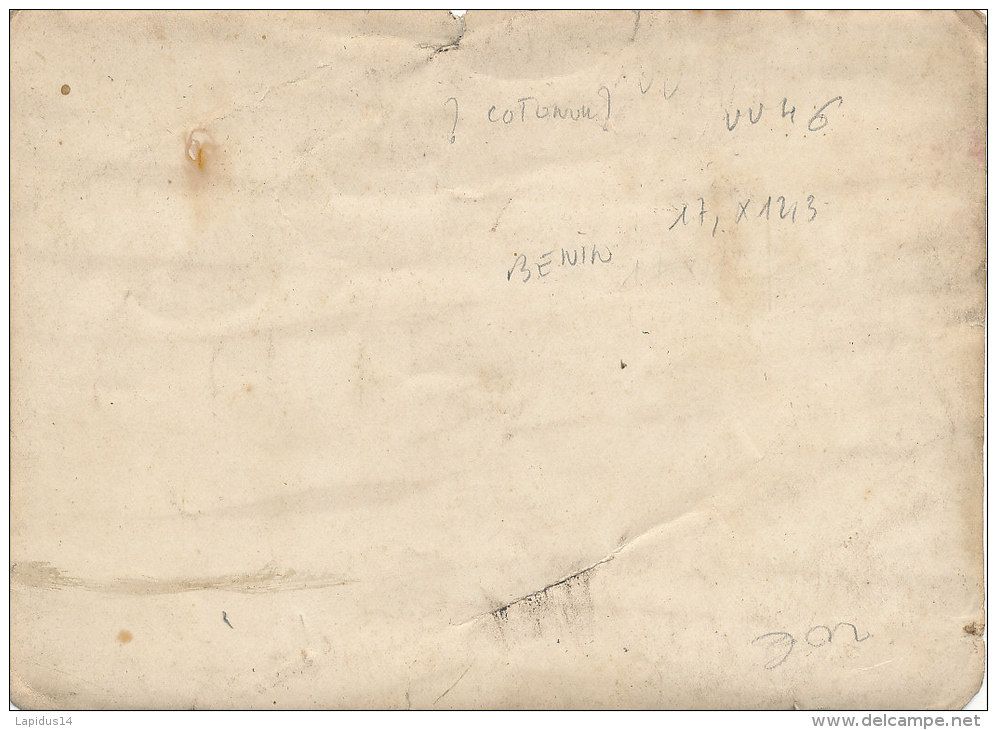 V V 46 /  PHOTO  1928 - BENIN  -?? COTONOU??  - MOTO   PERSONNAGES  (FORMAT 17,00 Cm X 12,30cm) - Photographs