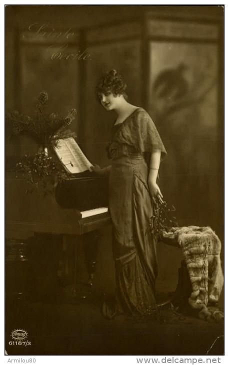 N°478 FFF 195  FEMME  REGARDANT LA PARTITION POSEE SUR PIANO SAINTE CECILE  AMAG 61187/2 - Women