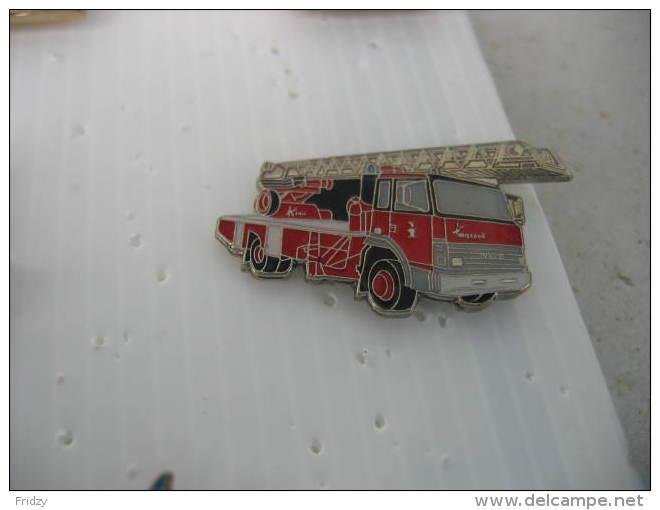 Pin´s Camion De Pompiers à Grande échelle, De Marque IVECO - Bomberos