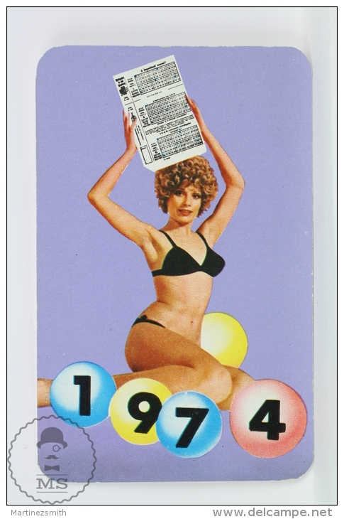Vintage 1974 Small/ Pocket Calendar - Bath Suit Sexy Lady - Hungarian Gaming - Tamaño Pequeño : 1971-80