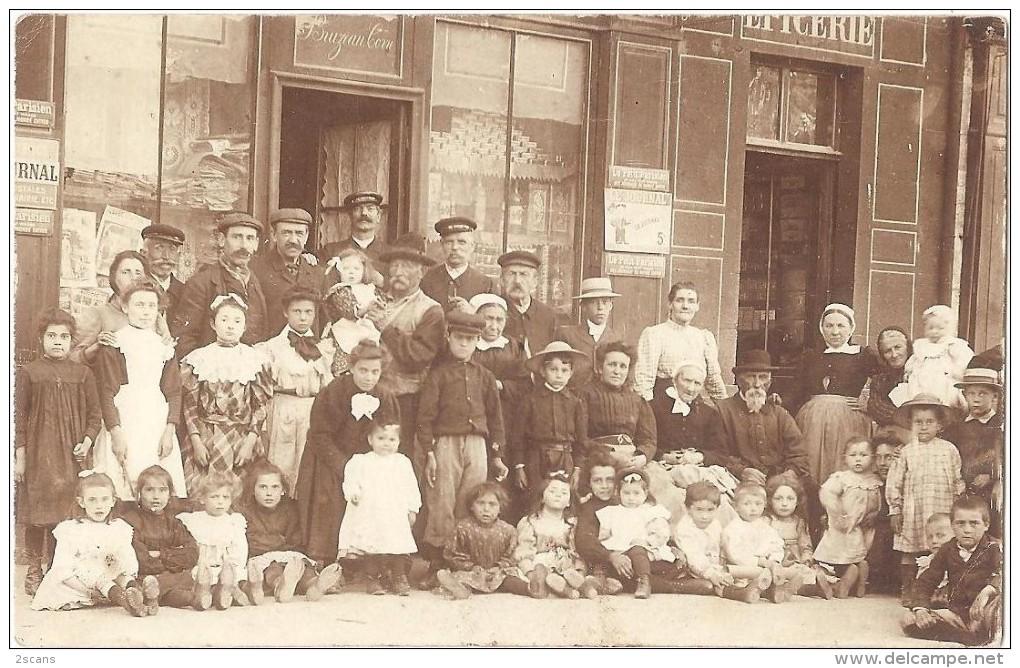 Dépt 45 - BRIARE - Carte-photo Épicerie BRUZEAU-CORRE Super Animée - COIFFES LOCALES - Devanture, Journaux - (vers 1910) - Briare