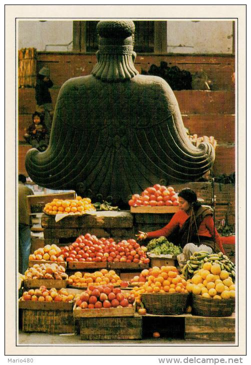 NEPAL  KATMANDU: BANCARELLE DI FRUTTA A FIANCO DI UNA STATUA DI GARUDA   (NUOVA CON DESCRIZIONE DEL SITO SUL RETRO) - Nepal