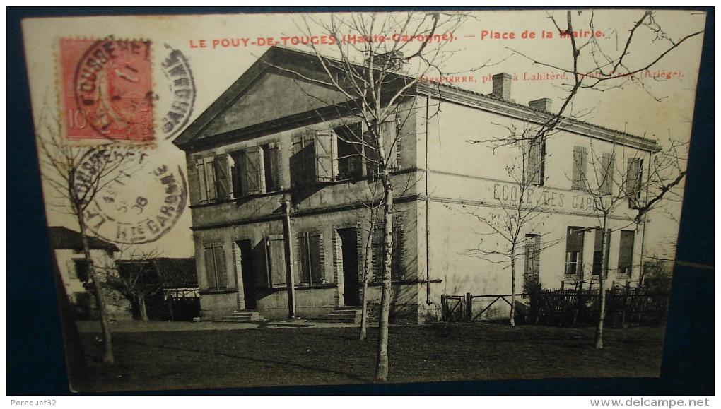 LE POUY DE TOUGES.Place De La Mairie,ecoles.Cpa,voyagé,be - Autres Communes